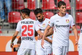 Leverkusens Kerem Demirbay (2. v. l.), Exequiel Palacios (l) und Patrik Schick freuen sich über den zweiten Saisonsieg.