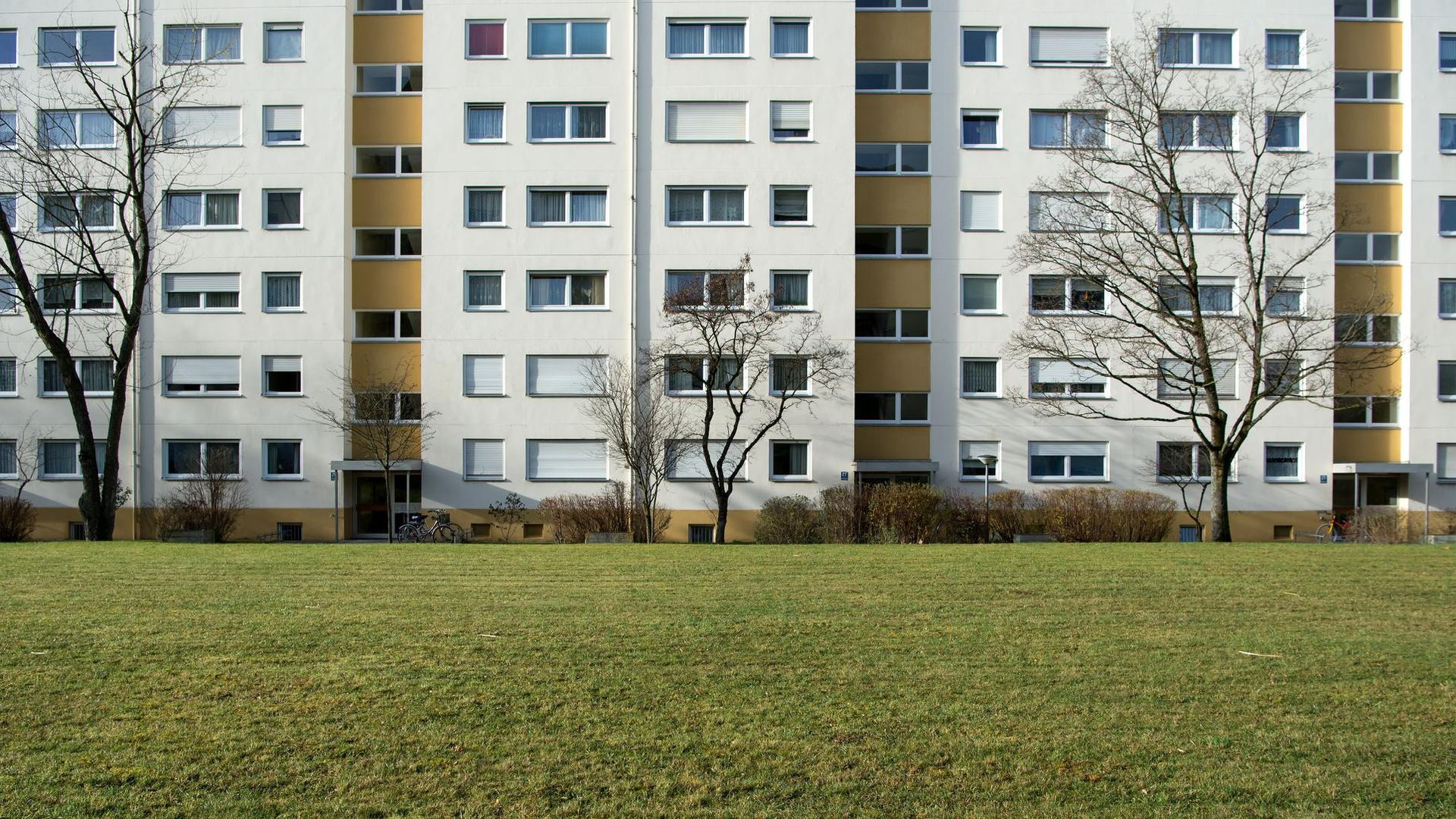 Die Zahl der Sozialwohnungen schrumpft bislang unaufhaltsam. 1990 gab es in Deutschland noch etwa 3 Millionen Sozialwohnungen, Ende 2020 nur noch 1,1 Millionen.