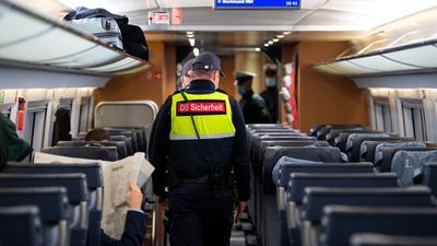 Sicherheitsmitarbeiter der Deutschen Bahn kontrollieren die Einhaltung der Maskenpflicht.