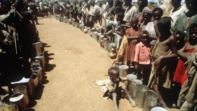 In langen Schlangen warten hungernde Äthiopier im Jahr 1983 auf Lebensmittel. Das Land litt damals unter einer jahrelangen Dürre.