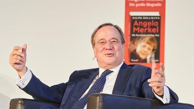 Union-Kanzlerkandidat Armin Laschet stellt eine Merkel-Biografie vor.