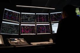 Eine Mitarbeiterin der Betriebszentrale der Bahn leitet den Fernverkehr auf den unterschiedlichsten Strecken.
