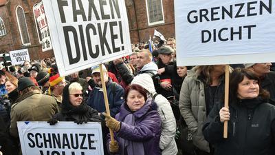 """""""Grenzen dicht"""", """"Schnauze voll"""" und """"Faxen dicke"""": Menschen in Deutschland demonstrieren gegen die Aufnahme von Flüchtlingen."""