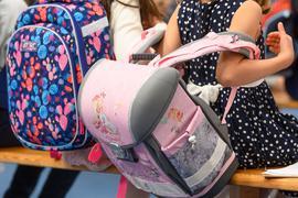 Eine Schülerin setzt bei ihrer Einschulung in Dresden ihren Schulranzen ab. Der  Vermittlungsausschuss von Bundestag und Bundesrat berät an diesem Montagüber den geplanten Rechtsanspruch auf Ganztagsbetreuung in der Grundschule.