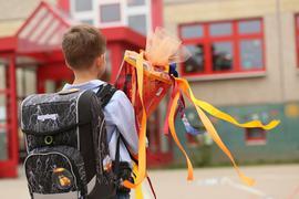 Ein Erstklässler wird mit seiner Schultüte in Sachsen-Anhalt eingeschult. Der Rechtsanspruch auf Ganztag in der Grundschule ist beschlossene Sache.