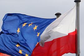Die Fahnen der Europäischen Union (EU) und von Polen am deutsch-polnischen Grenzübergang.