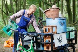 Ein freiwilliger Müllsucher lädt den am Rhein gefundenen Müll auf ein Lastenrad. Rund 50.000 Helfer in sieben europäischen Ländern sollen das Ufer des Rheins und seiner Nebenflüsse säubern.