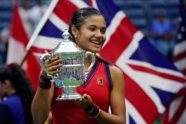 Die Britin Emma Raducanu hält die US-Open-Trophäe.