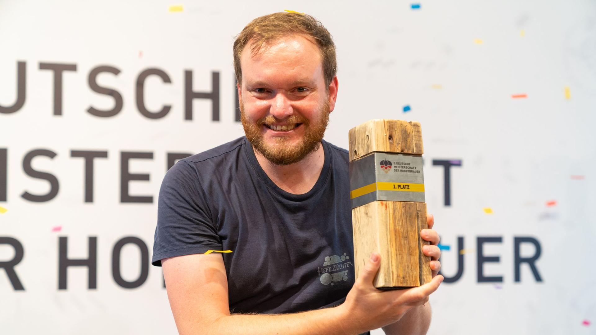 Der Aachener Nils Lichtenberg (38) ist neuer Deutscher Meister der Hobbybrauer und freut sich darüber.