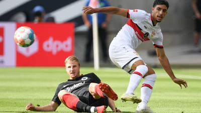 Frankfurts Martin Hinteregger (l) und Stuttgarts Omar Marmoush kämpfen um den Ball.