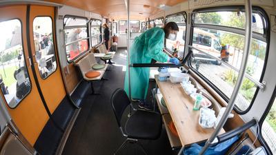 Eine medizisch-technische Assistentin bereitet in einem stillgelegten Schwebebahnwagen in Wuppertal Corona-Impfungen vor. Eine bundesweite Impfaktionswoche soll neue Fortschritte bringen.