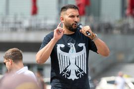 Attila Hildmann spricht bei einer Kundgebung gegen Corona-Einschränkungen auf dem Washingtonplatz in Berlin.