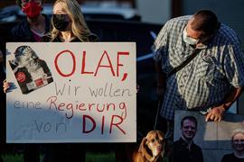Anhänger von Olaf Scholz unterstützen den SPD-Kanzlerkandidaten bei einer Wahlkampfveranstaltung.
