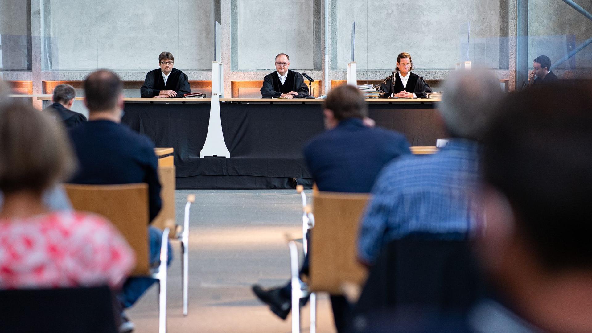 Der Vorsitzende Richter Johannes Wieseler (M) und seine Kollegen Volker Messing (l) und Dirk Pelzer sitzen zu Beginn der Berufungsverhandlung zu den Schadensersatzforderungen der Hinterbliebenen des Germanwings-Absturzes 2015 in der Lobby des Oberlandesgerichtes.