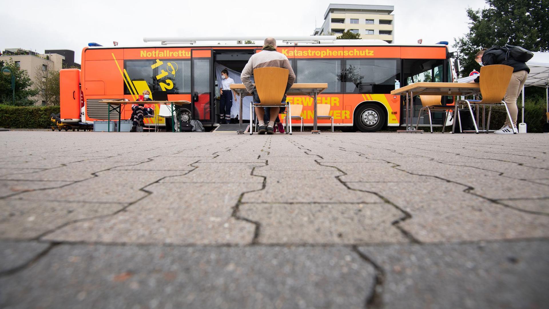 Ein mobiler Impfbus steht auf einem Supermarktparkplatz in der Region Hannover.