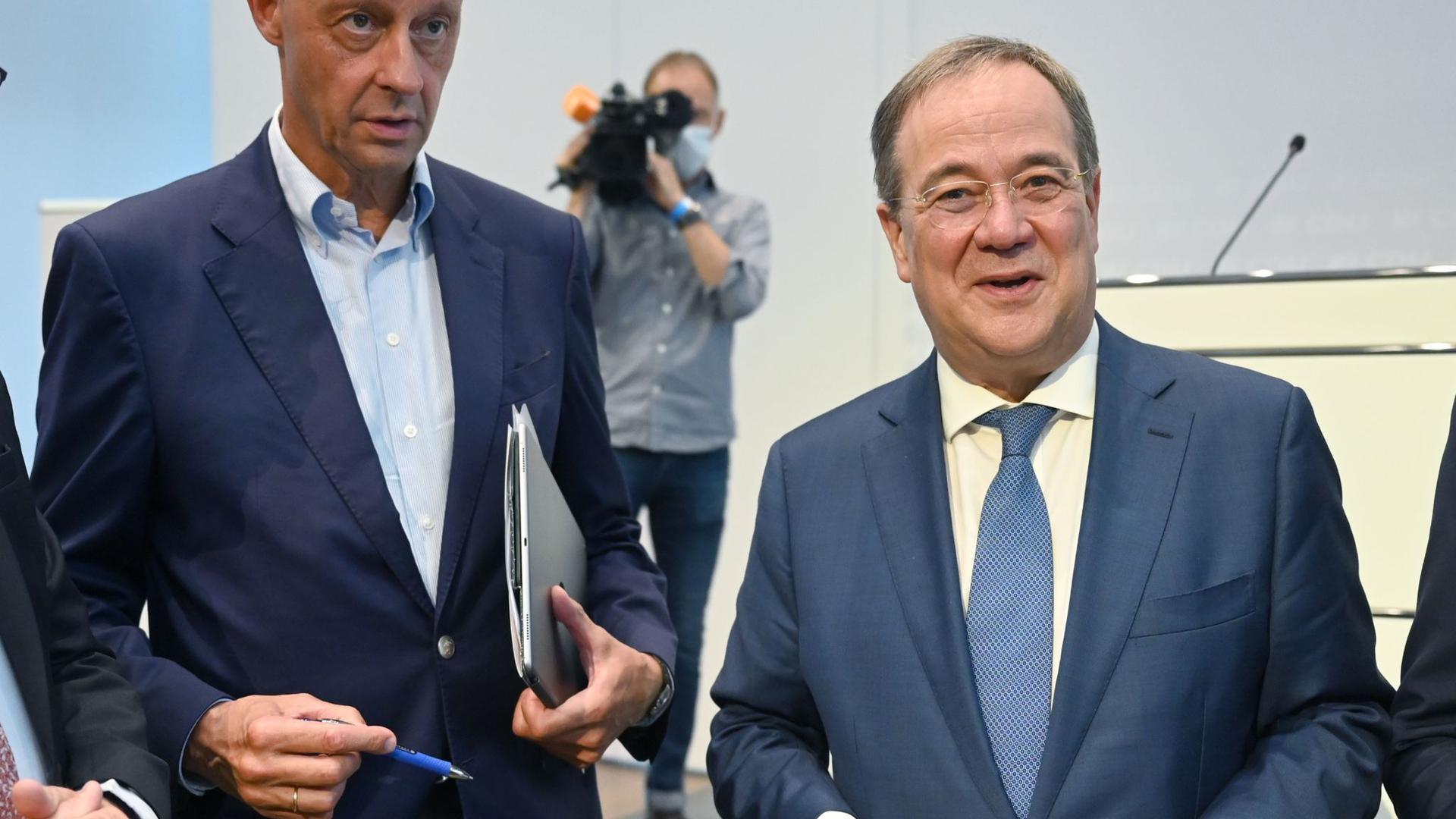 Die CDU-Politiker Friedrich Merz (l) und Armin Laschet sprechen sich gegen Steuererhöhungen aus.