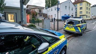 Polizeifahrzeuge vor der Synagoge in Hagen.