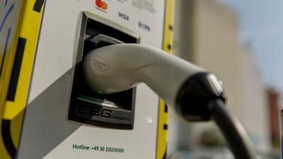 App oder Karte? Wie zahlt man am einfachsten an der Ladestation für Elektroautos?