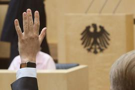Abstimmung im Bundesrat: Abgeordnete müssen dem Bundestagspräsidenten künftig Nebeneinkünfte bereits ab 1000 Euro im Monat oder 3000 Euro im Jahr melden.