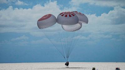 Eine SpaceX-Kapsel mit vier Personen an Bord geht vor der Küste Floridas in den Atlantik nieder.