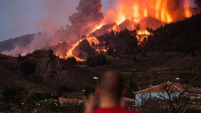 Lava läuft aus dem Vulkan Cumbre Vieja auf La Palma.