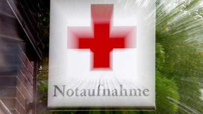 """Ein Schild """"Notaufnahme"""" mit einem roten Kreuz hängt an einem Krankenhaus in Hannover. Viele Pflegekräfte erleben laut Studien Gewalt im Krankenhaus."""