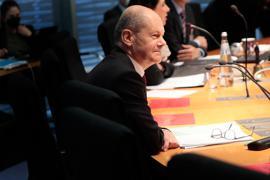 Olaf Scholz (SPD), Bundesfinanzminister, sitzt im Finanzausschuss des Bundestags. Scholz soll Fragen zur Durchsuchung seines Ministeriums im Zusammenhang mit Geldwäsche-Ermittlungen beantworten.