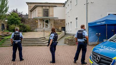 Bewaffnete Polizisten stehen vor der Synagoge in Hagen.