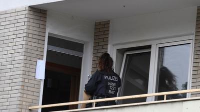 Ermittler durchsuchen ein Mehrfamilienhaus in Hagen.