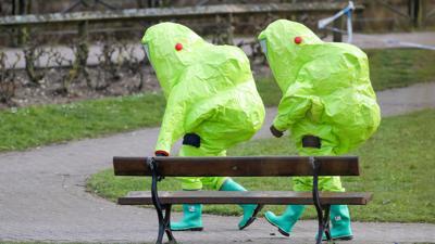 Einsatzkräfte in Schutzanzügen nach dem Anschlag in Salisbury 2018.