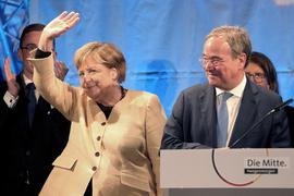 Bundeskanzlerin Angela Merkel und Unions-Kanzlerkandidat und Armin Laschet stehen bei einem gemeinsamen Wahlkampfauftritt in Stralsund auf der Bühne.