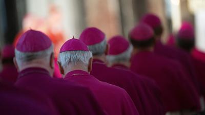Bischöfe nehmen an einem Gottesdienst teil.