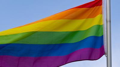 Die Flagge steht in vielen Ländern und Kulturen weltweit für Frieden, Aufbruch und Veränderung. Sie gilt als Zeichen der Toleranz und Akzeptanz.