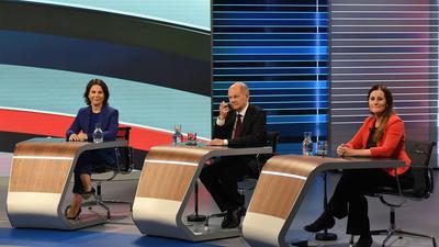 """Annalena Baerbock (l.), Olaf Scholz und Janine Wissler sitzen bei der TV-Debatte """"Wahl 2021 Schlussrunde""""."""