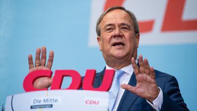 Armin Laschet (CDU) spricht im Rahmen seiner Wahlkampftour auf dem Marktplatz in Warendorf.