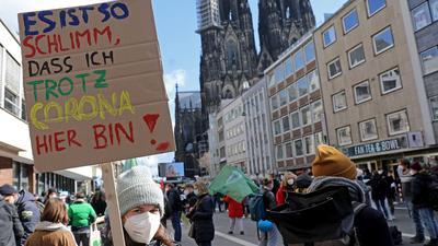 Demonstranten nehmen an einer Kundgebung der Bewegung Fridays For Future teil.
