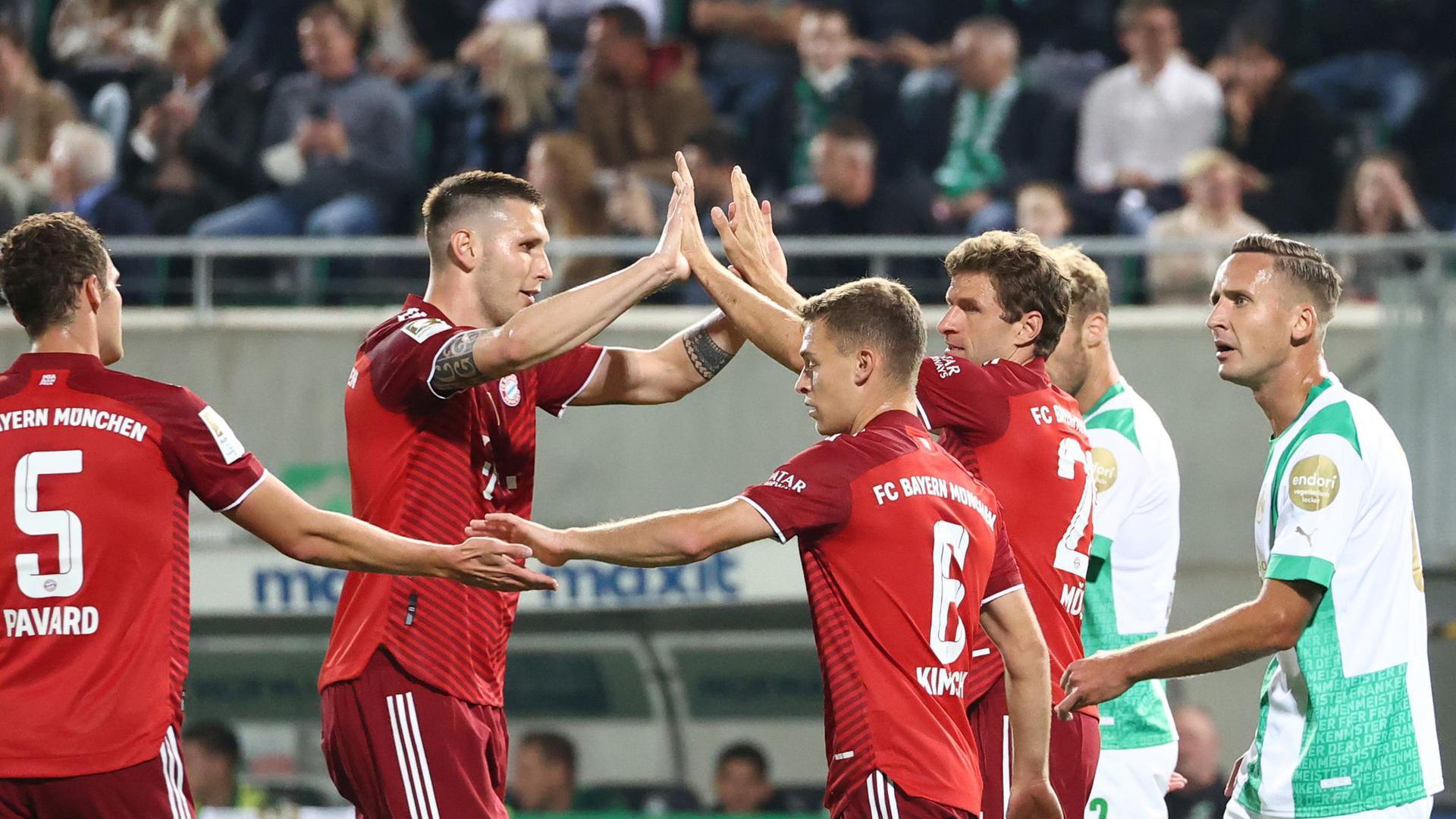 Thomas Müller (3.v.r) schoss die Bayern in Fürth schon früh in Führung.