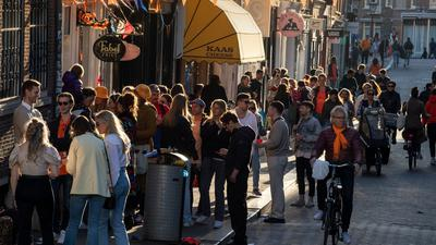 Mit dem heutigen Samstag wird in den Niederlanden der Sicherheitsabstand von 1,5 Metern abgeschafft.