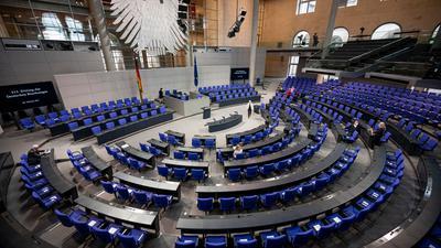 Mehr als zwei Drittel der Deutschen halten den Bundestag mit seinen jetzt schon 709 Mitgliedern für zu groß.