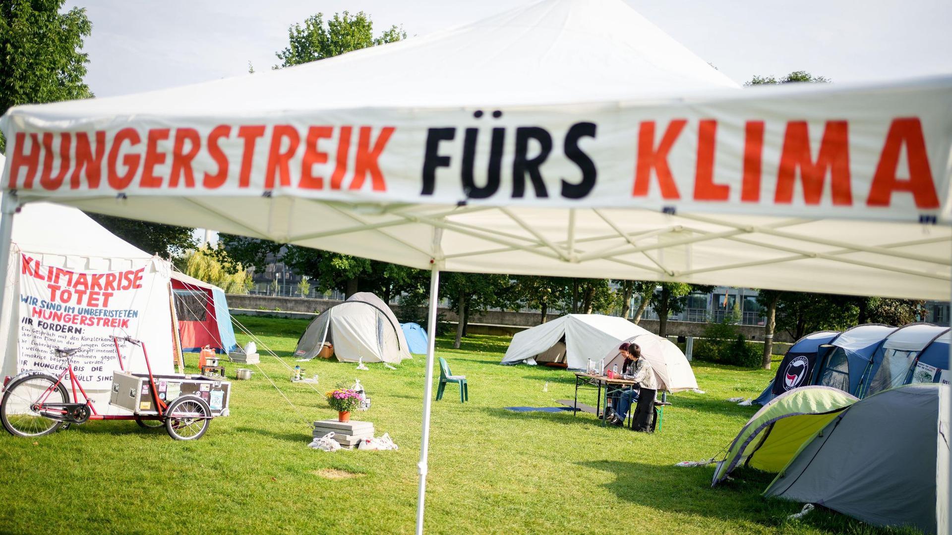Ein Camp von Hungerstreikenden ist im Regierungsviertel in Berlin aufgebaut.