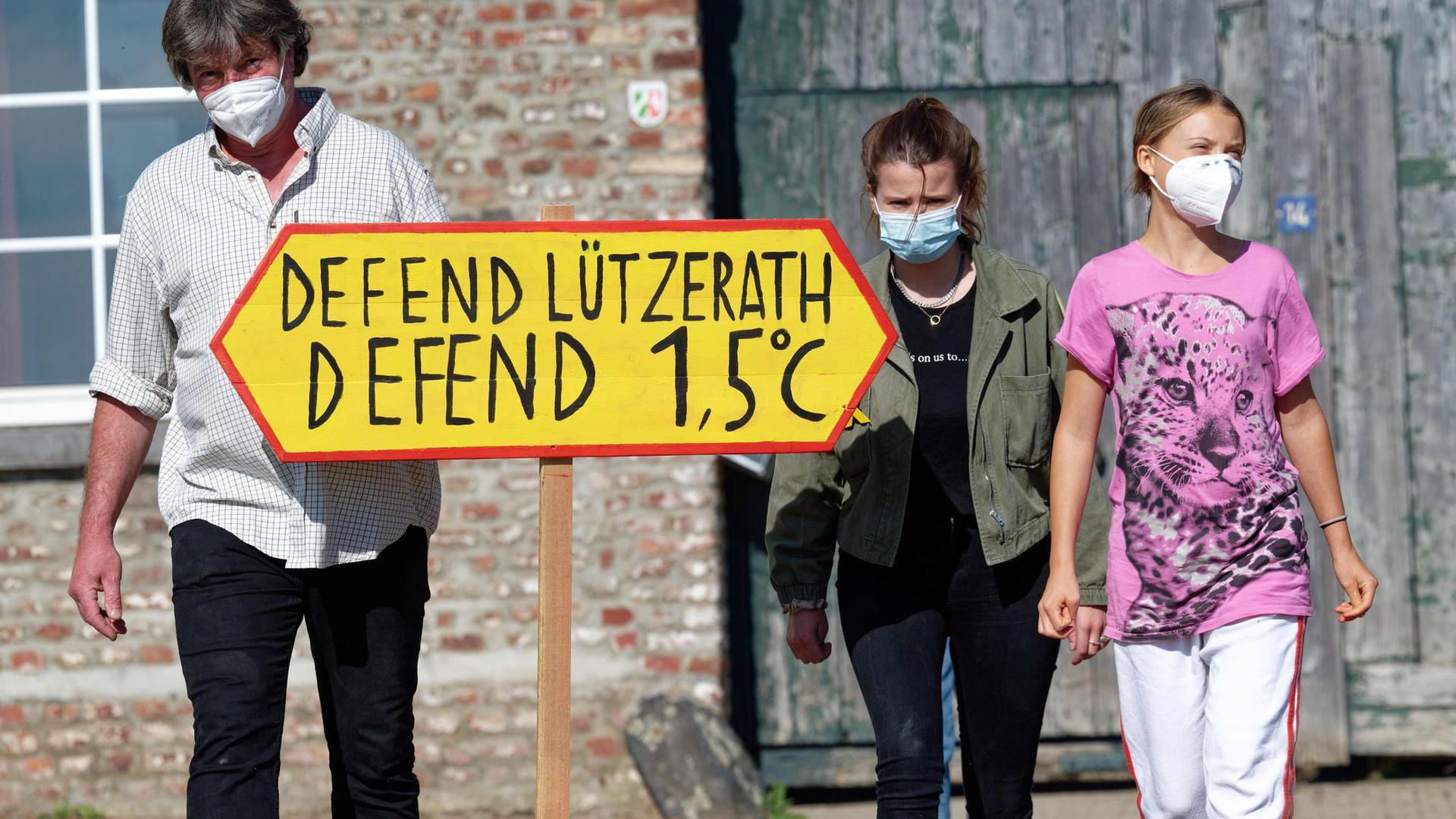 Die Klimaaktivistinnen Greta Thunberg (r) und Luisa Neubauer besuchen den Hof von Landwirt Eckhardt Heukamp (l).