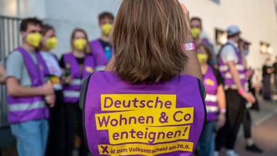 """Unterstützer der Initiative """"Deutsche Wohnen und Co. enteignen"""" sammeln sich vor Beginn der Wahlparty der Initiative vor den Union-Filmstudios."""