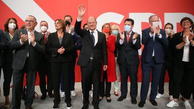 Olaf Scholz (M) hat auf der Wahlparty im Willy-Brandt-Haus Grund zur Freude.