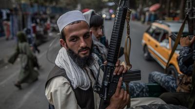 Junge Taliban-Kämpfer auf einem Pick-Up in den Straßen von Kabul.