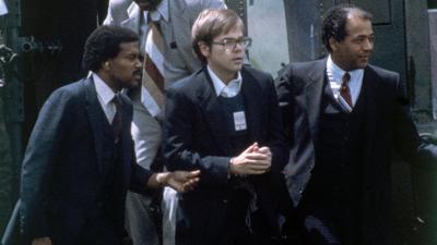 US-Marshalls eskortieren John Hinckley Jr., als er am 8. August 1981 per Hubschrauber zu einem Marinestützpunkt in Quantico zurückkehrt. (Archivbild)