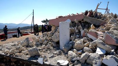 Nach dem Beben am Montag mussten Tausende Menschen auf Kreta die Nacht zum Dienstag in Zelten oder in ihren Autos verbringen, weil zahlreiche Häuser schwer beschädigt wurden.