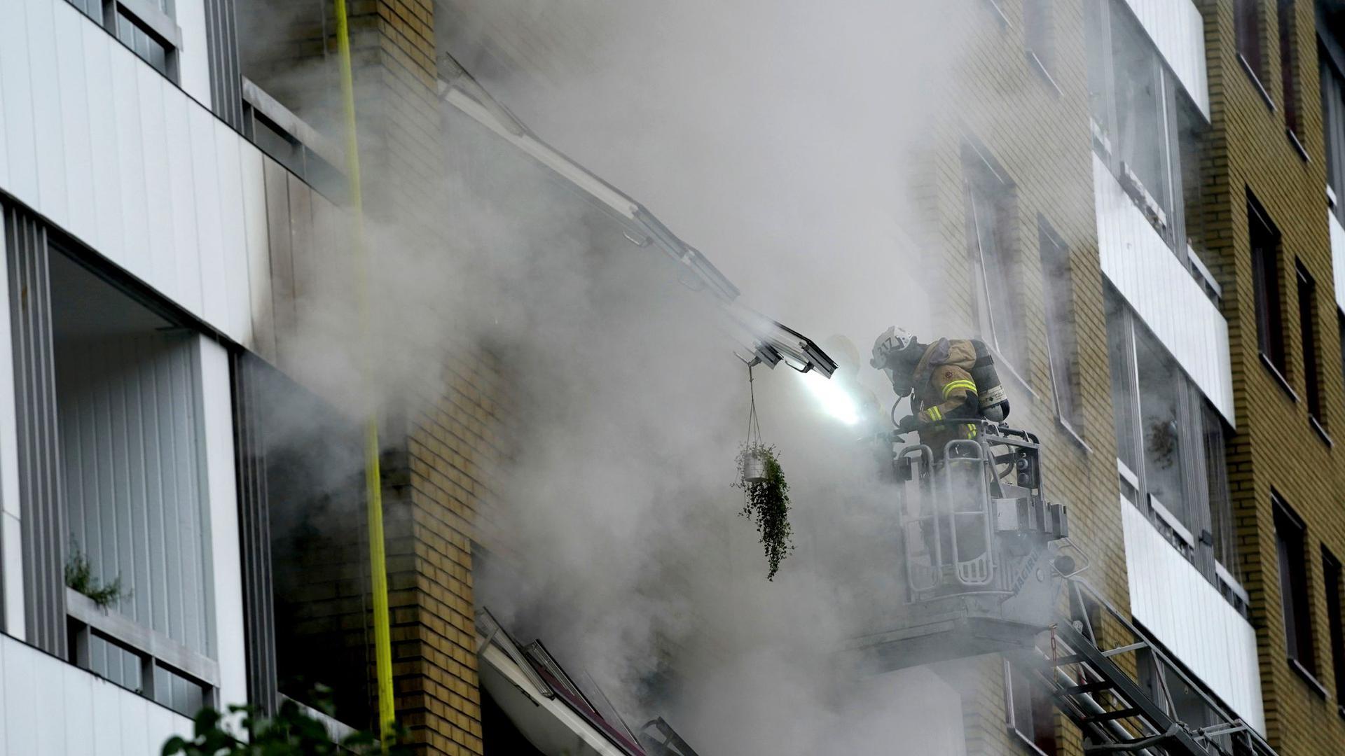 Ein Feuerwehrmann ist nach der Explosion im Einsatz.