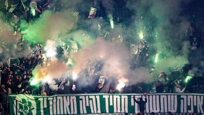 Fans von Maccabi Haifa zünden Bengalisches Feuer im Berliner Olympiastadion.