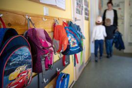Rucksäcke hängen im Eingangsbereich eines brandenburgischen Kindergartens. Auffallend viele Kinder machen seit einigen Wochen Atemwegsinfekte durch, die eigentlich erst in den Wintermonaten zu erwarten wären.