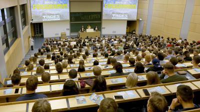 Voller Hörsaal: Studienanfänger im Audimax der Universität in Rostock.